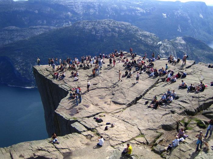 Трещина скалы Прекестулен. Фото