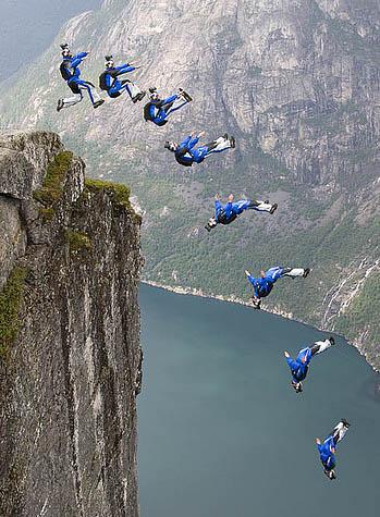 Прыжки бейсджамперов. Фото
