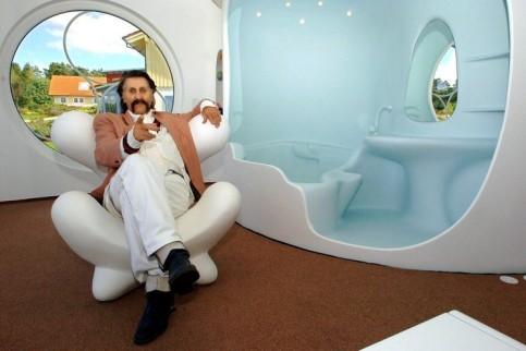 Луиджи Колани в кресле дома Rotor House. Фото