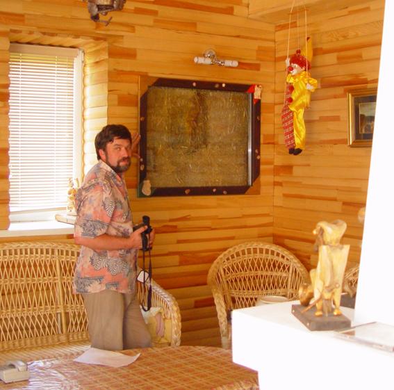 Евгений Широков внутри соломенного дома. Фото