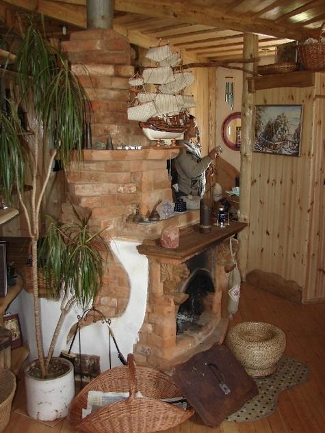 Печка соломенного дома Широкова. Фото