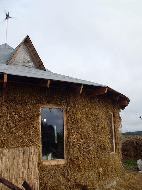 Строительство экодома из соломы в Беларучах. Фото