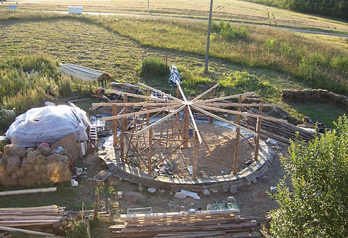 Строительство экодома из соломы. Фото
