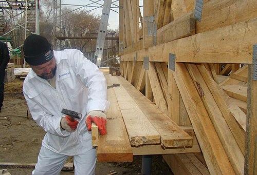 Евгений Широков за строительством соломенного экодома. Фото