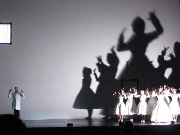 Гигантские тени в театре. Фото