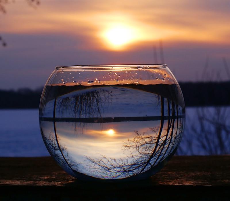 Отражение в емкости с водой. Фото заката