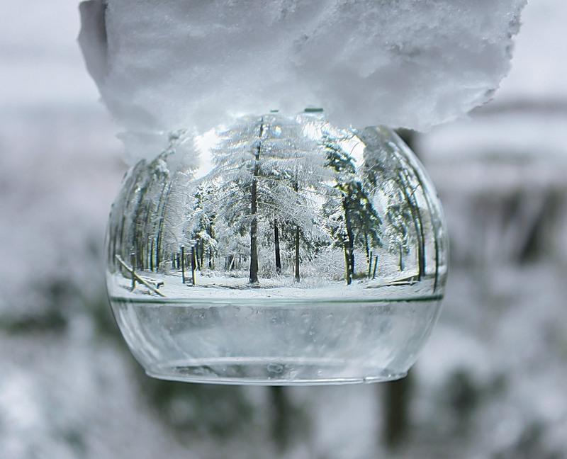 Отражение в емкости с водой. Фото зимы