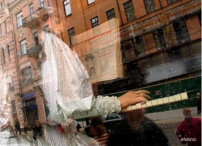 Отражение в витрине. Фото
