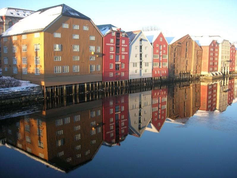 Отражение домов в воде. Фото