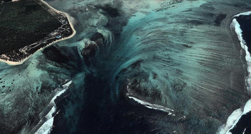 http://udivitelno.com/images/10/opticheskaya-illyuziya-podvodnogo-vodopada-mavrikij/3-Подводный%20-водопад%20на%20острове%20Маврикий.jpg