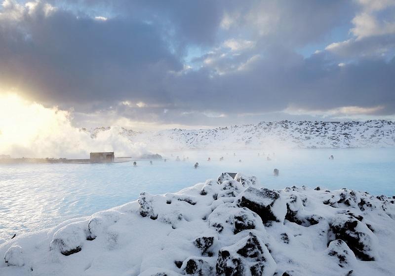 Голубая лагуна - геотермальный бассейн в Исландии. Фото