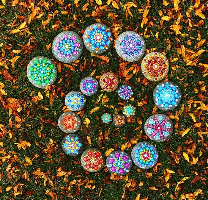Мандалы на пляжных камнях от художницы Элспет Маклин. Фото