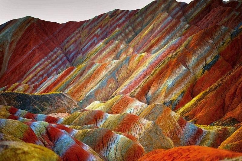 Разноцветные скалы в Китае
