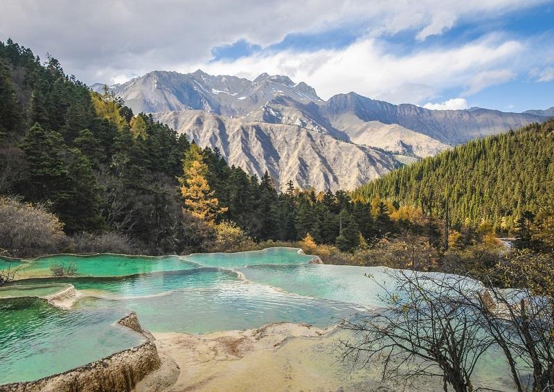 Травертиновые террасы долины Хуанлун, Китай. Фото