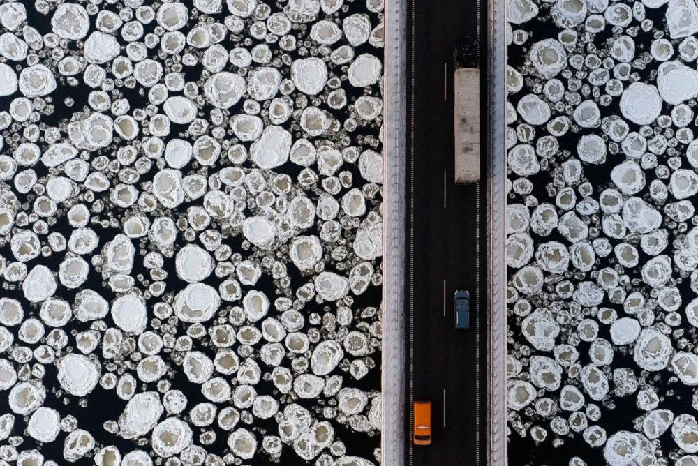 Мост над замерзшей рекой. Фото дня