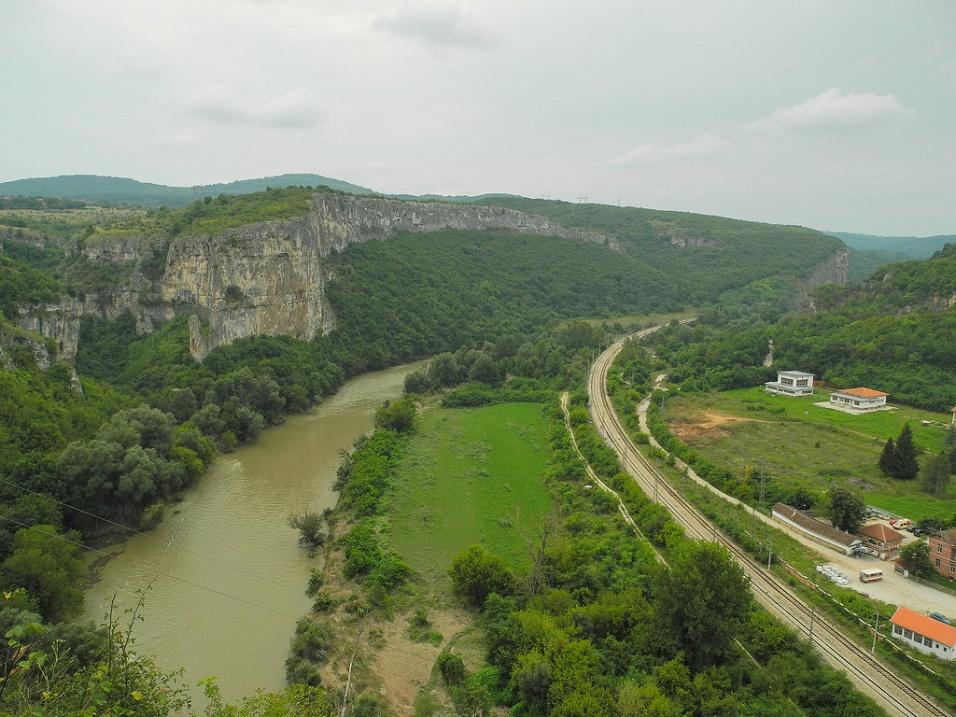 Вид сверху на окрестности пещеры Глаза бога. Фото
