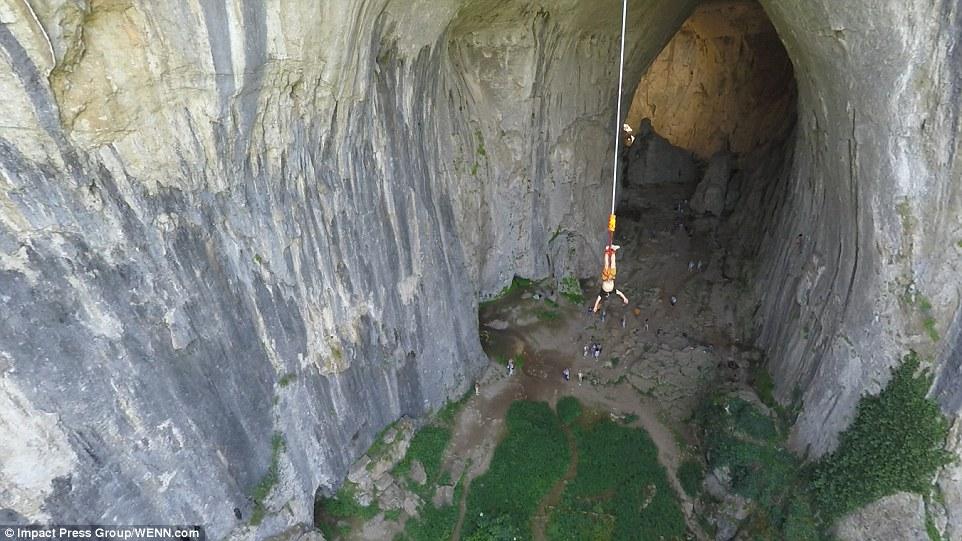 Прыжки с веревкой над пещерой Проходна. Фото пещера Проходна Удивительная пещера Проходна – Глаза Бога, Болгария  D0 A0 D0 BE D1 83 D0 BF D0 B4 D0 B6 D0 B0 D0 BC D0 BF D0 B8 D0 BD D0 B3 20 D0 B2 20 D0 91 D0 BE D0 BB D0 B3 D0 B0 D1 80 D0 B8 D0 B8
