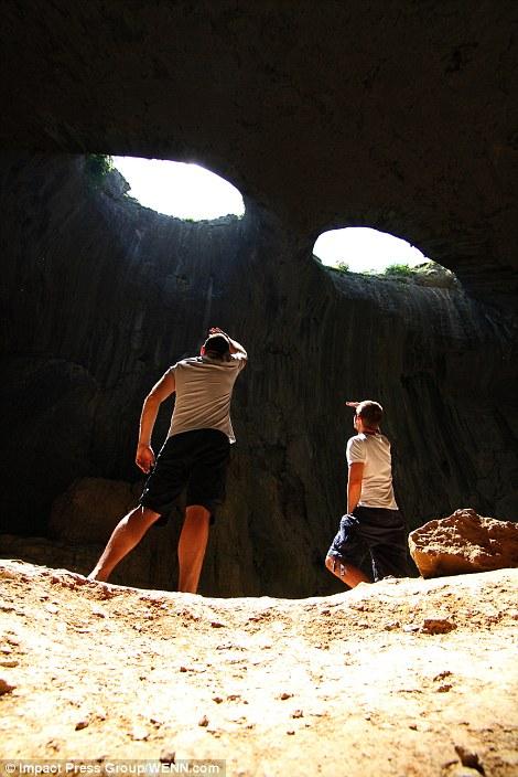 Прикольный снимок в пещере. Фото пещера Проходна Удивительная пещера Проходна – Глаза Бога, Болгария  D0 A3 D0 B4 D0 B8 D0 B2 D0 B8 D1 82 D0 B5 D0 BB D1 8C D0 BD D0 B0 D1 8F 20 D0 BF D0 B5 D1 89 D0 B5 D1 80 D0 B0 20 D0 B2 20 D0 91 D0 BE D0 BB D0 B3 D0 B0 D1 80 D0 B8 D0 B8