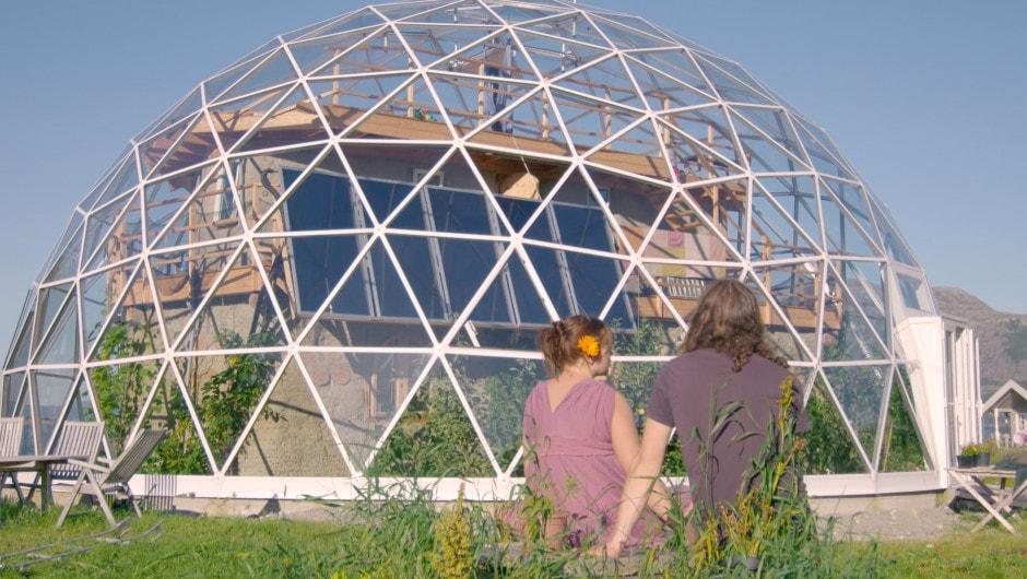 Экодом под стеклянной полусферой в Норвегии. Фото