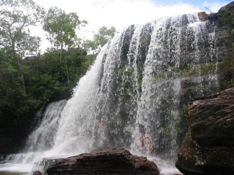 Cachoeira no rio Caño Cristais na Colômbia.  Foto