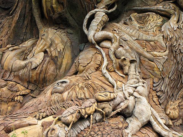Скульптуры животных на Дереве Жизни. Фото