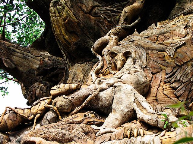 Скульптуры животных Дерева Жизни в Диснейленде. Фото