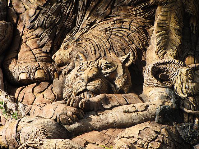Скульптуры тигра и льва на Дереве Жизни в Диснейленде. Фото