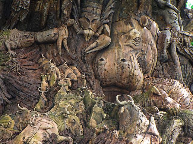 Скульптуры животных на Дереве Жизни крупным планом. Фото