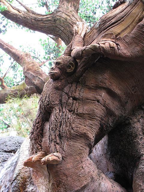 Скульптура шимпанзе на Дереве Жизни в Диснейленде. Фото
