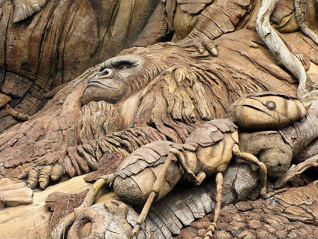 Скульптуры животных Дерева Жизни крупным планом. Фото
