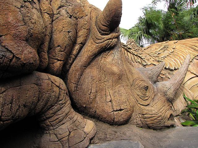 Резной носорог Дерева Жизни крупным планом. Фото