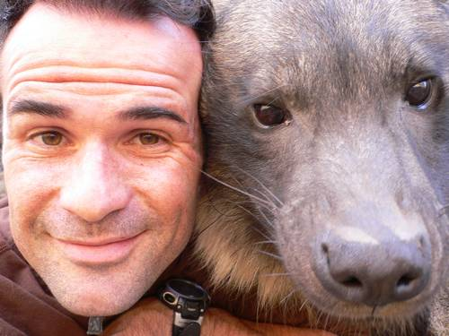 Кевин Ричардсон с гиеной крупным планом. Фото