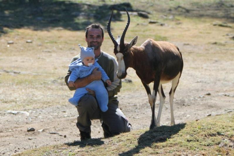 Кевин Ричардсон с сынишкой рядом с антилопой. Фото