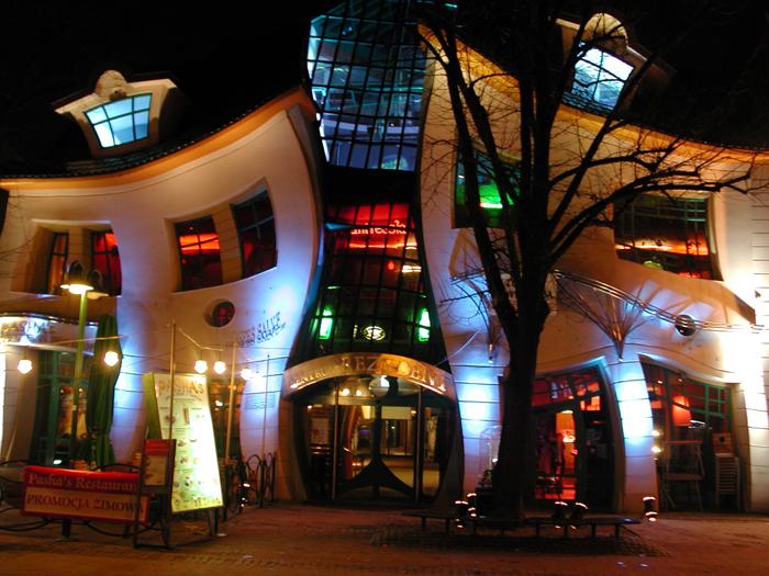 Кривой дом в Польше, вид ночью. Фото