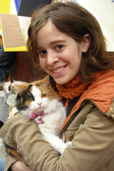 Девушка счастлива вновь обнять кота. Фото