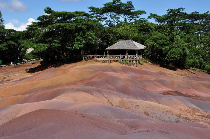 Цветная почва в селе Шамарель (Маврикий). Фото