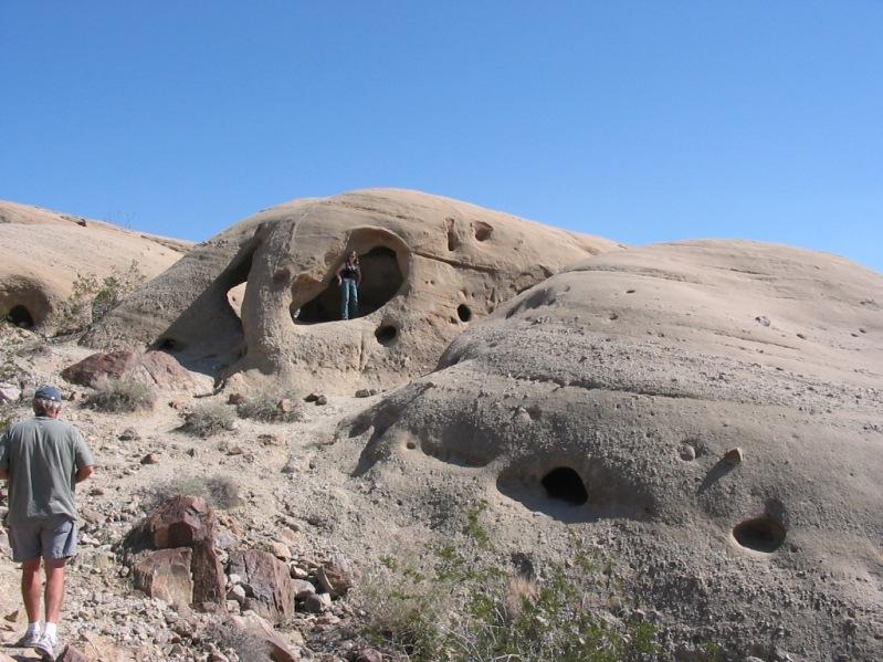 Выветренные пещеры в пустыне Анза Боррего. Фото