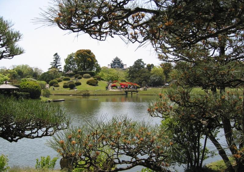 Японский парк Кераку-эн осенью. Большой пруд. Фото