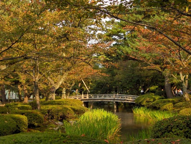 Японский осенний парк Кераку-эн. Мост через пруд. Фото
