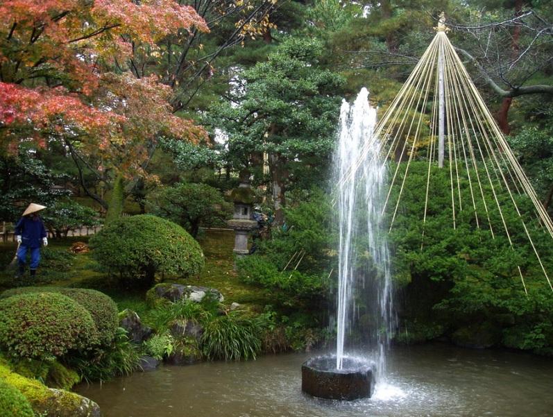 Японский осенний парк Кераку-эн. Фонтан. Фото