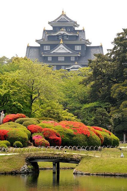 Замок Окаяма в японском парке Кераку-эн. Фото