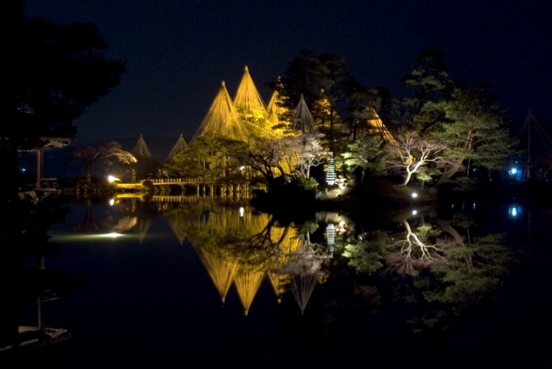 Японский парк Кераку-эн. Ночной вид. Фото
