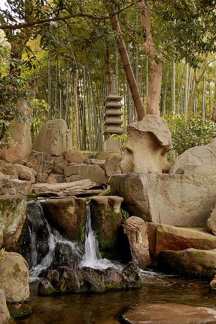 Японский парк Кераку-эн. Ручей у бамбуковой рощи. Фото