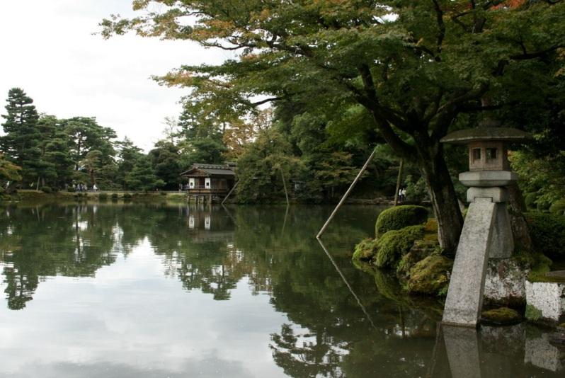 Японский парк Кераку-эн. Чайный дом на пруду. Фото