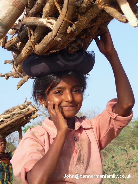 Индия в лицах. Фотопортрет девочки с вязанкой дров на голове