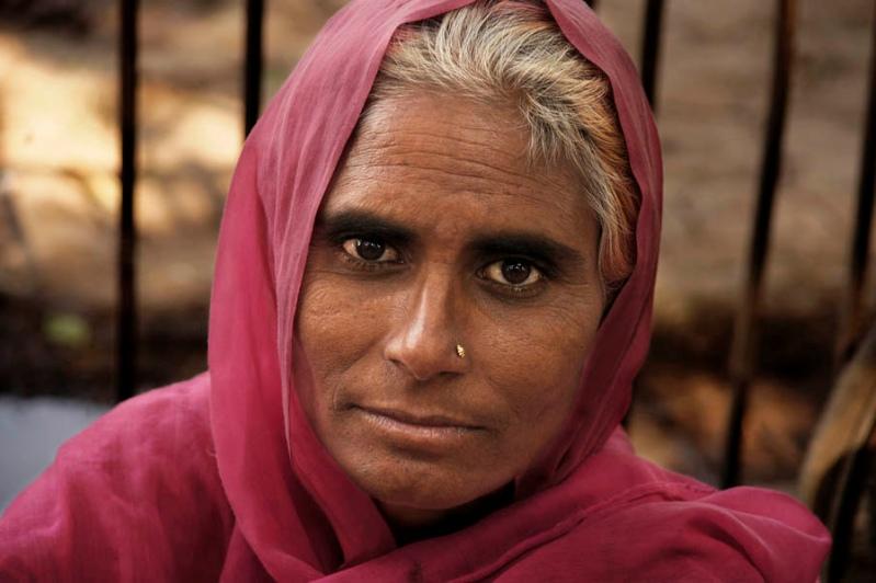 Индия в лицах. Пожилая индианка с проницательным взглядом. Фото