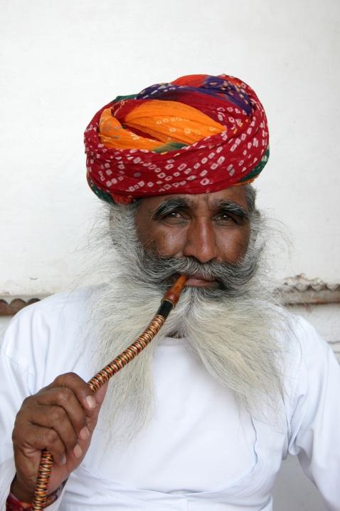 Индия в лицах. Мужчина курит кальян. Фото