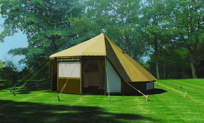 Палатка близ отеля на деревьях во Франции. Фото