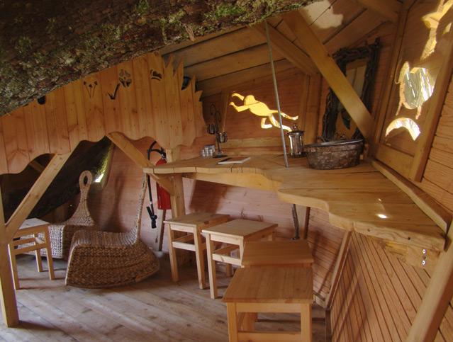 Обстановка внутри номера отеля на деревьях. Фото