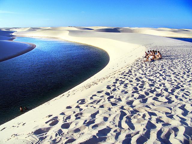 Люди, пустыня и вода. Фото